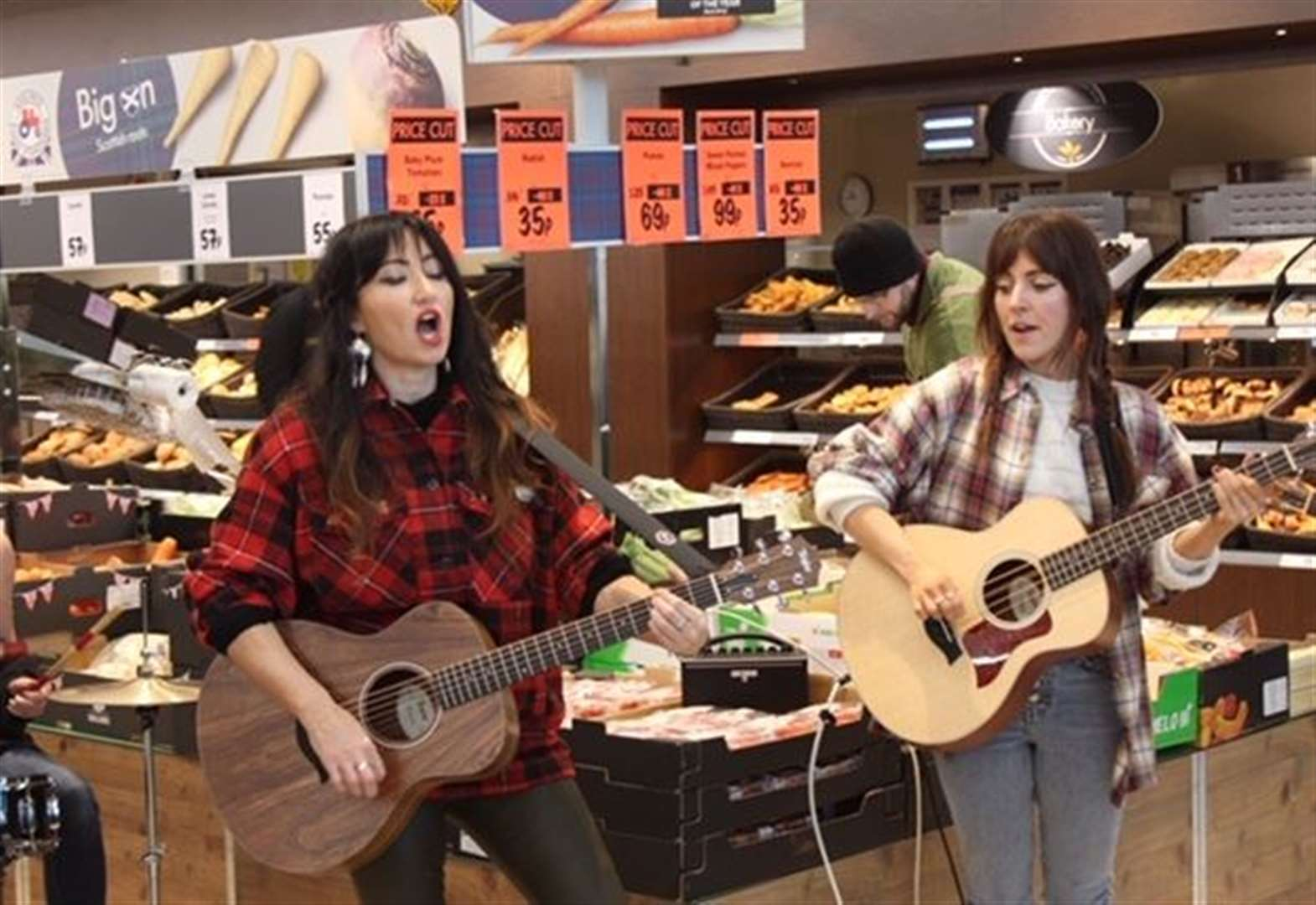 Shoppers treated to gig from award winning Scottish star